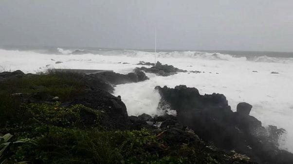 Vigilance pluie et houle à La Réunion, Dumazile passe au large