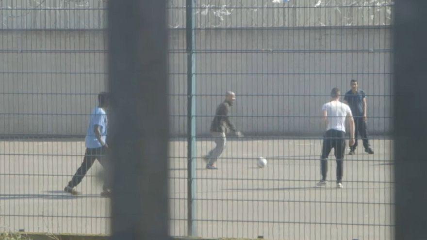 Macron lance son plan global pour les prisons