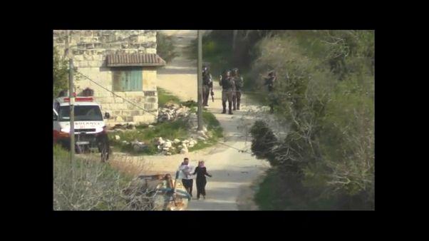 جنود إسرائيليون يستهدفون أما وأبا يحمل رضيعه بالقنابل المسيلة للدموع
