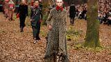 Models präsentieren neue Chanel-Kollektion im Kunstwald