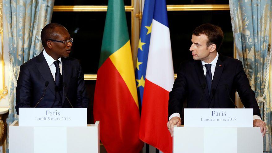 الرئيس الفرنسي يكلف خبيرين بمهمة إرجاع آثار إفريقية إلى مواطنها
