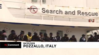 Migrantes resgatados no Mediterrâneo chegam à Sicília
