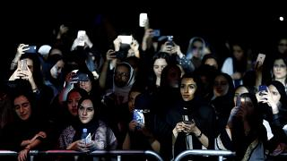سعوديات أثناء حضورهن لمهرجان لموسيقي الجاز بالرياض