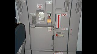 مسافرة تحاول فتح باب طائرة أثناء تحليقها لسبب غريب