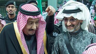 الوليد بن طلال (يمين) بصحبة ملك السعودية سلمان بن عبد العزيز آل سعود (يسار)