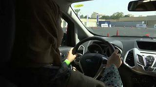 Mulheres aprendem a conduzir na Arábia Saudita