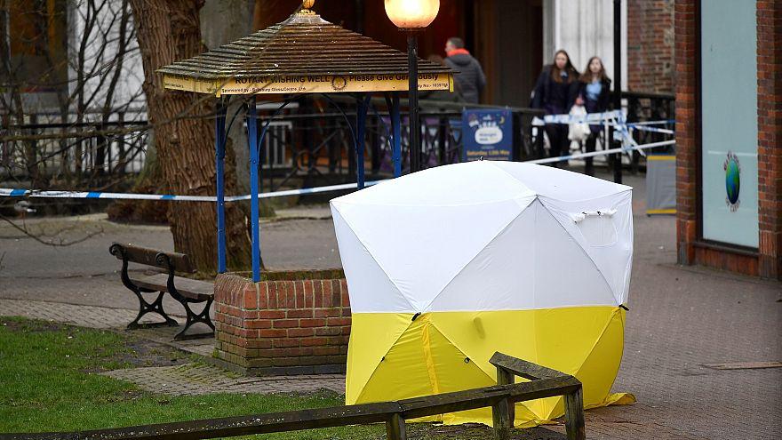 Накрытая палаткой скамейка, где обнаружили Скрипаля и его дочь