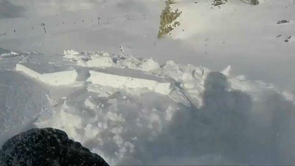 Praticante de snowboard escapa a avalanche