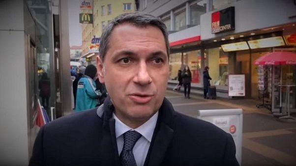 یانوش لازار سیاستمدار مجارستانی در خیابانی در وین