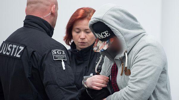 أحد اعضاء حركة فرايتال اليمينية المتطرفة أثناء دخوله لقاعة المحكمة
