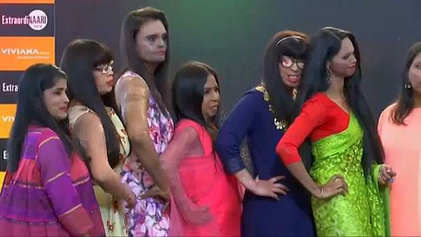 Megnyomorított nők a kifutón Mumbaiban