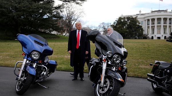 Trump firma per i dazi doganali