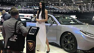 Ein Model präsentiert die Marke Lvchi auf dem Genfer Autosalon