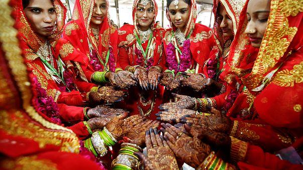 نساء يعرضن الحنة على أيديهن في زواج جماعي لمئتي مسلم ومسلمة في الهند