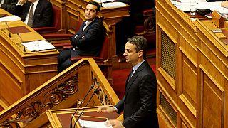 Σκληρή κόντρα Τσίπρα-Μητσοτάκη στη Βουλή για εθνικά και Novartis
