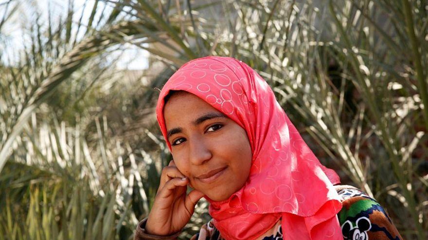 أماني الشامخ أمام منزلها في قرية أولاد سراج بمحافظة أسيوط في مصر