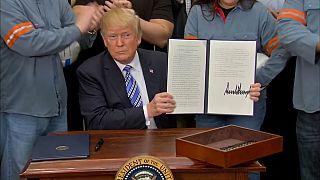 Trump muestra a las cámaras el documento tras su firma