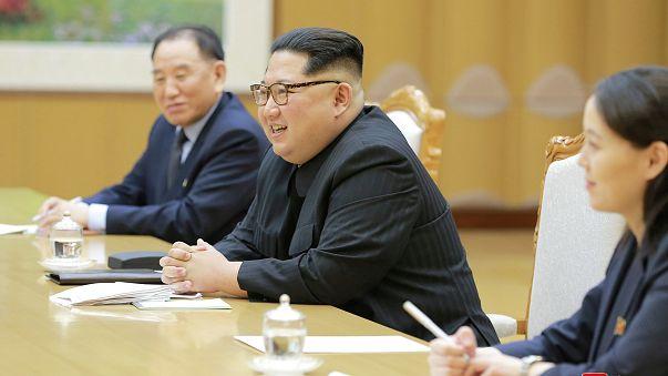 Kim Jong Un et délégation sud-coréenne.