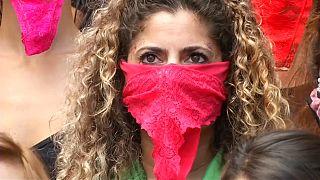 Una mujer con la ropa interior a modo de máscara