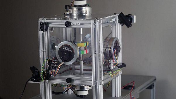 Egyharmad másodperc alatt rakja ki a Rubik-kockát egy robot