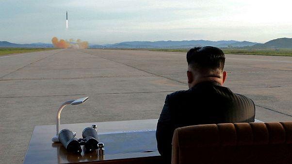 رهبر کره شمالی در حال بازدید آزمایش موشکی این کشور