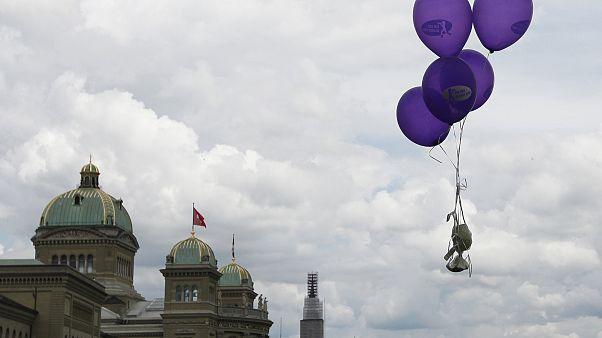 Luftballons über dem Schweizer Parlament in Bern am Tag der Frauen