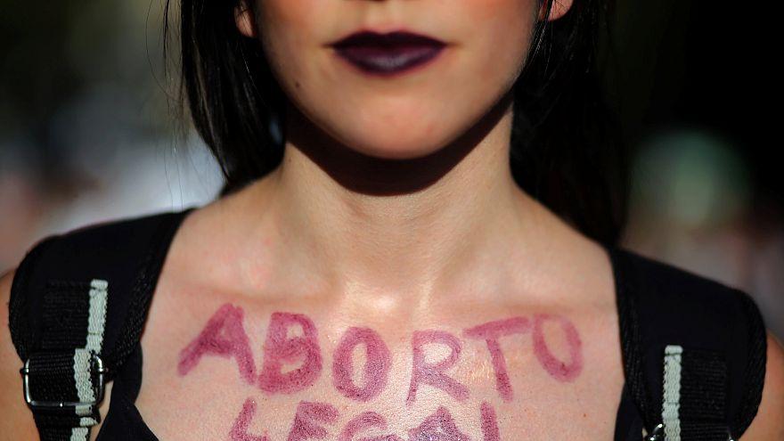 Direito ao aborto domina protestos de mulheres argentinas