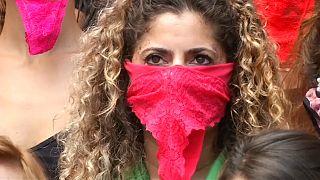 Mulheres protestam com roupas íntimas no rosto