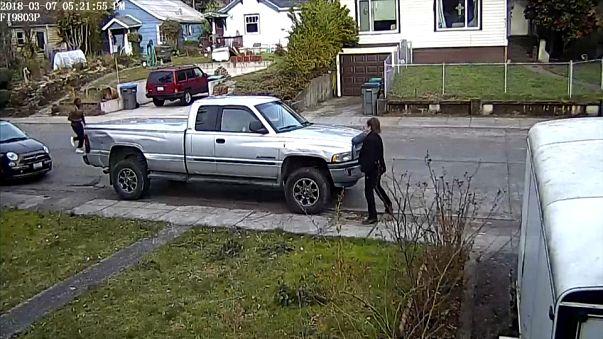 شاهد: أمريكية تُسرق سيارتها أمام عينيْها وطفلها بداخلها