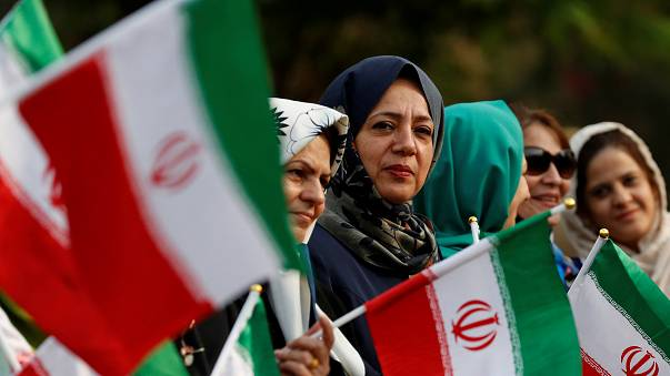 الشرطة البريطانية تعتقل 4 أشخاص بعد اقتحامهم السفارة الإيرانية وإنزال العلم الإيراني من عليها