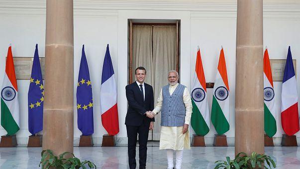 En Inde, Macron aligne les contrats