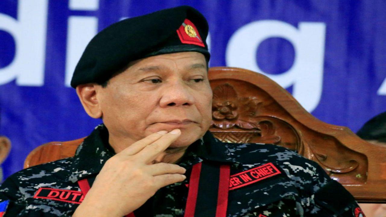 الرئيس الفلبيني رودريجو دوتيرتي بالزي العسكري خلال حفل في بلدة شمالي مانيلا