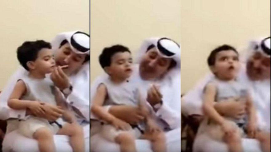 رجل يجبر طفلا على التدخين
