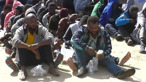 شاهد: انتشال مئات المهاجرين من البحر بالقرب من السواحل الليبية