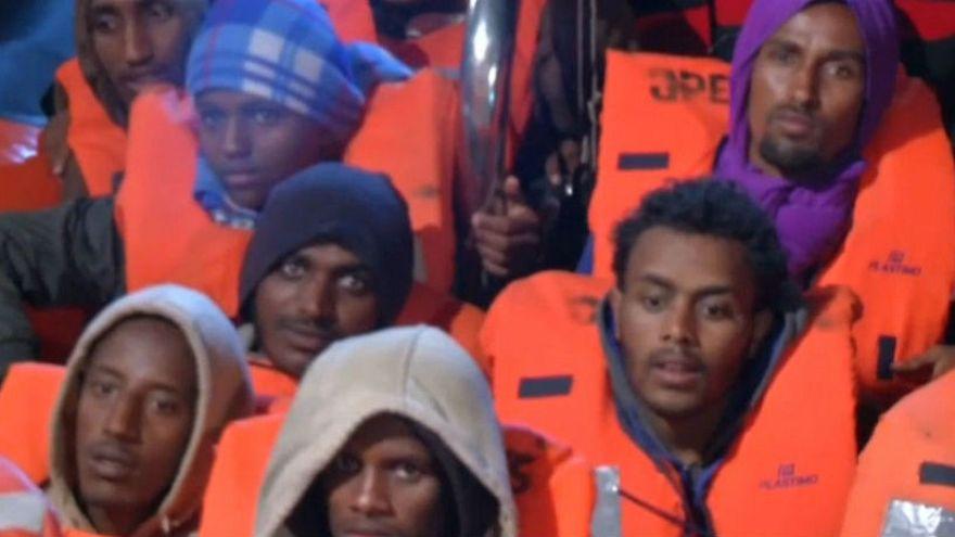 Afrikalı göçmenler batmak üzere olan gemiden son anda kurtarıldı