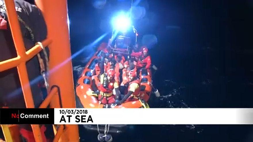 Több száz migránst mentettek ki a tengerből