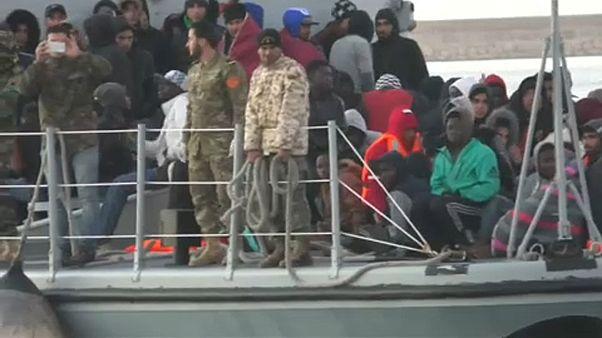 Több száz migránst mentettek ki a tengeren