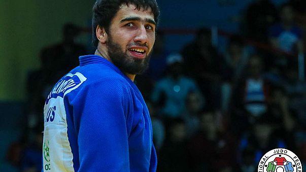 Khusen Khalmurzaev busca la mirada de su hermano tras ganar el oro