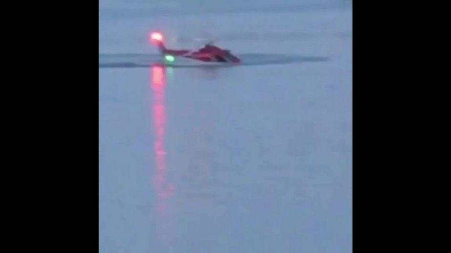 Cinco muertos al estrellarse un helicóptero turístico en el East River de Nueva York