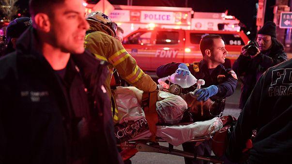 New York: elicottero precipita nell'East River