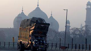 Ein Lastwagen vor der Badshahi Mosque im pakistanischen Lahore