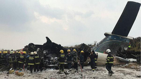 Συντριβή αεροπλάνου στο αεροδρόμιο του Κατμαντού - Δεκάδες νεκροί