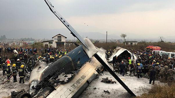 Avião despista-se na aterragem e incendeia-se