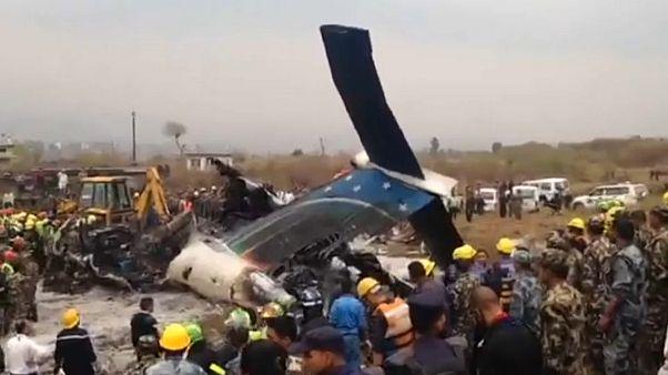 Nepal: un aereo bengalese si schianta al suolo prima dell'atterraggio