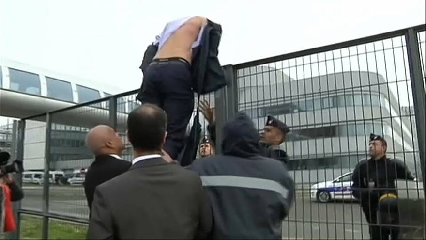 Air France 'shirt-ripping': case goes to Paris appeals court