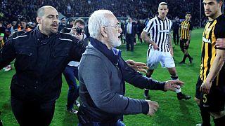 ورود مدیر باشگاه پائوک با تپانچه به میدان، لیگ فوتبال یونان را به تعطیلی کشاند