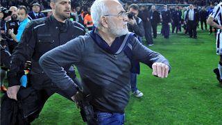 Grecia, presidente del PAOK con pistola in campo: sospeso il campionato