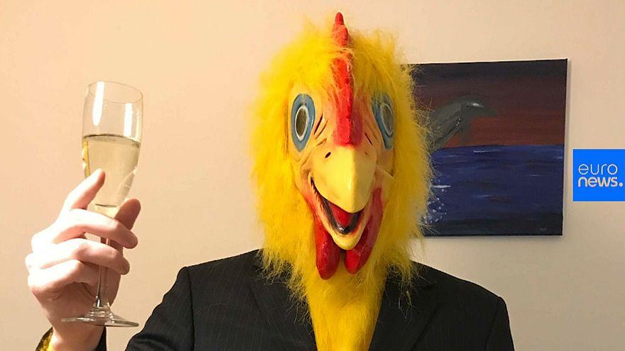 """المرشح """"الدجاجة"""" في الانتخابات المجرية"""
