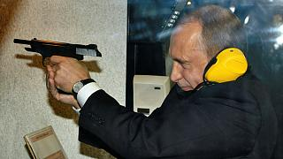 تمرین تیراندازی ولادیمیر پوتین در محل اداره اصلی اطلاعات روسیه