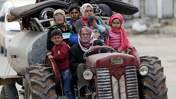 فرار بعض من سكان عفرين قبل دخول القوات التركية لوسط المدينة